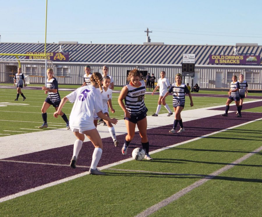 Junior+forward+Ciara+Johnston+leads+a+swarm+of+Bees+to+an+attack+up+field+in+a+2018+district+matchup+against+Abilene+Wylie.+%0A